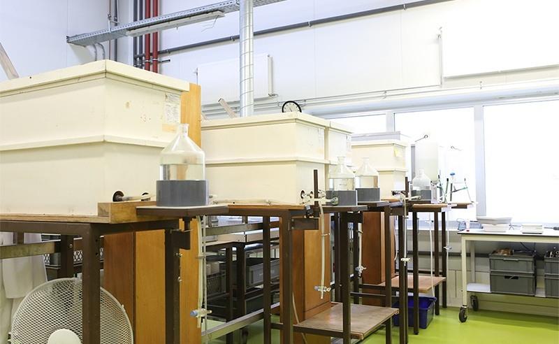 Binnenhaven 5, Ten Houten gebouw, Wageningen. Kadans ontwikkelde voor Eurofins Agro een locatie met kantoorruimten en laboratoriumfaciliteiten. Binnenhaven 5 ligt op het Bio Science Park in Wageningen, dicht bij Wageningen Campus.