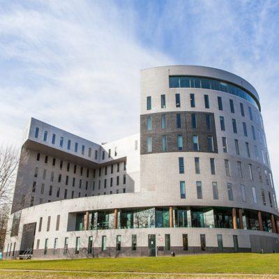 TU/e Campus Eindhoven. Kennispoort, science bedrijfsverzamelgebouw van Kadans op de campus van de Technische Universiteit in Eindhoven.