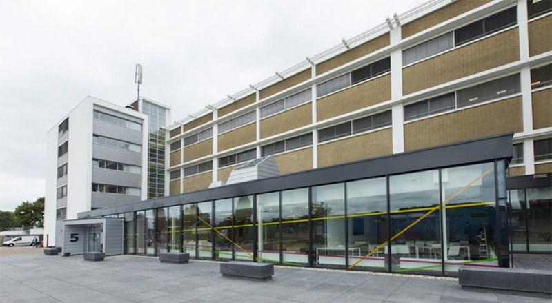 Gebouw M op Novio Tech Campus Nijmegen. R&D Verzamelgebouw voor kennisintensieve bedrijven en instellingen. Ook voor startups, met incubatorfunctie. Gebouw M is van verhuurder Kadans Science Partner. Bedrijven, instellingen en startups huren er ruimten met kantoren en R&D faciliteiten zoals laboratoria, cleanrooms, pilot plants, geconditioneerde ruimten en multifunctionele onderzoeksruimten.
