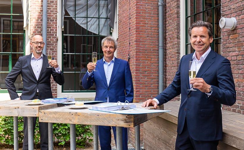 Toost op het tekenen van de erfpachtovereenkomst met Universiteit Leiden en Kadans Science Partner